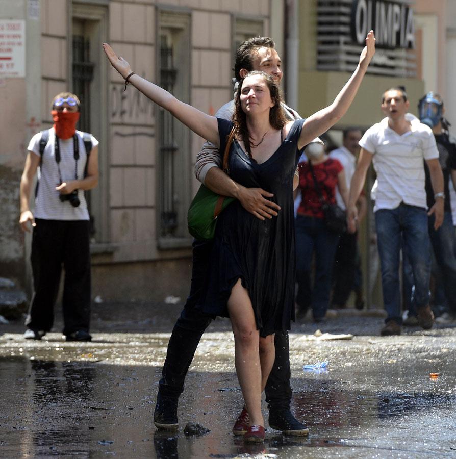 Gezi-Park Demonstrantin öffnet ihre Arme den Wasserwerfern.